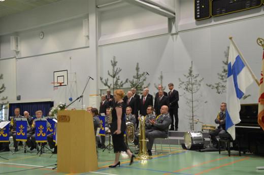 Lemin Laulumiehet esiintyivät yhdessä Rakuunasoittokunnan kanssa.