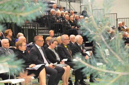 Kutsuvieraat istuivat etupenkissä.