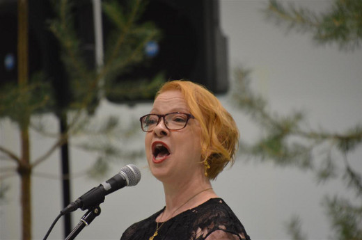 Laulumiehiä johtanut Jonna Imeläinen lauloi juhlassa myös itse.