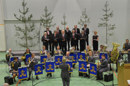 Myös Lemin Laulumiehet yhtyivät lauluun.
