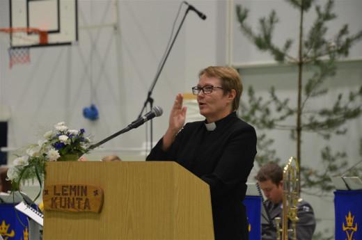Juhla päättyi kirkkoherra Lea Karhisen toimittamaan loppusiunaukseen.