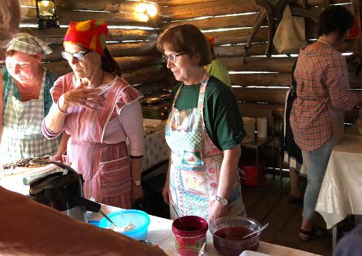 Vainikkalan marttojen suositussa vohvelikahvilassa vohvelia joutui jonottamaan - mutta siihen oli asiakkailla aikaa.