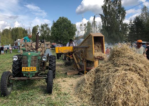Rasvanäppien traktorit ja työnäytökset olivat suosittu nähtävyys kirjaston aukiolla.