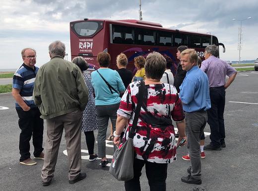 Piritan rannan tuntumassa, upouuden kommunismin uhrien muistomerkn luona ajoväylää ja parkkitilaa oli riittävästi isoillekin busseille.