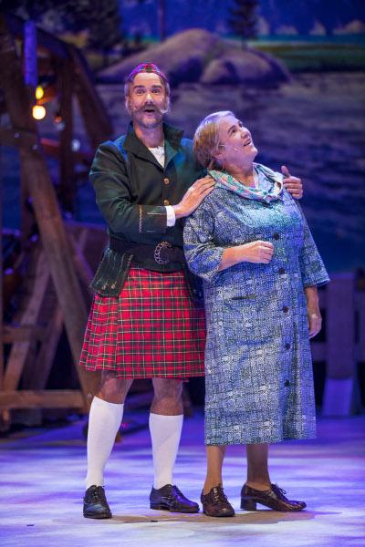 Skottia esittävä Willehard Korander on yksi kaupunginteatterin uusista näyttelijöistä. Liisa Haikolla on Mummon rooli.