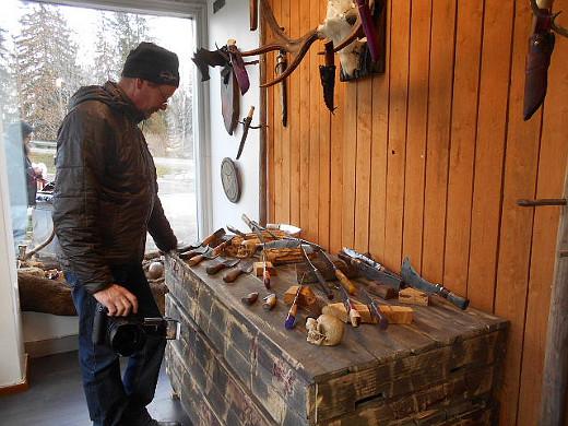 Tuliniekalta vapautuviin tiloihin avautui käsin taottuja veitsiä myyvä kauppa. Juha Hölsä vieraili liikkeessä avajaispäivänä.