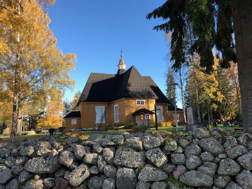 Ruska toistaa Lemin kirkon seinien väriä.