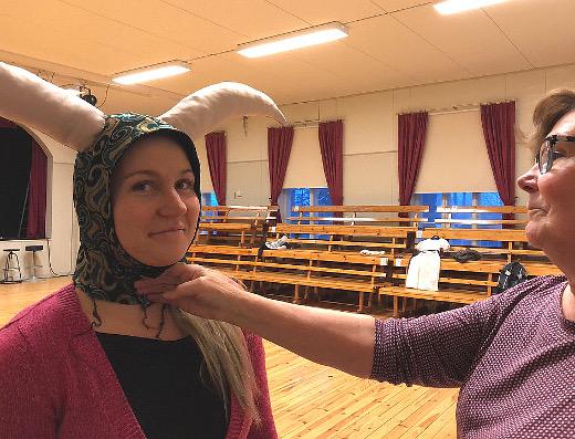 Valmiina on myös ilvelijä Trinculon (Jonna Kankaanpää) klovinpäähine.