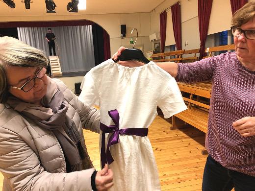Pirjo Nykänen (vas.) ja Airi Peutere solmivat vyötä Mirandan mekkoon. Mekosta Peutere teki yksinkertaisen, sillä mitään hienoa tuskin autiolla saarella asunut tyttö olisi päällensä saanut.