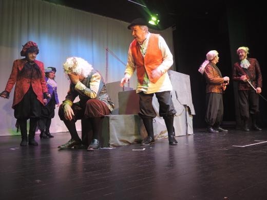 Ylimys Adriania esittää Liisa Junnonen (vas.), ylimys Franciscoa Marjo Rüster, kuningas Alonsoa Pentti Kauppi, hovimies Conzaloa Markku Peutere, kuninkaan veljeä Sebastiania Arto Penttilä ja herttua Antoniota Sami Heinilä.