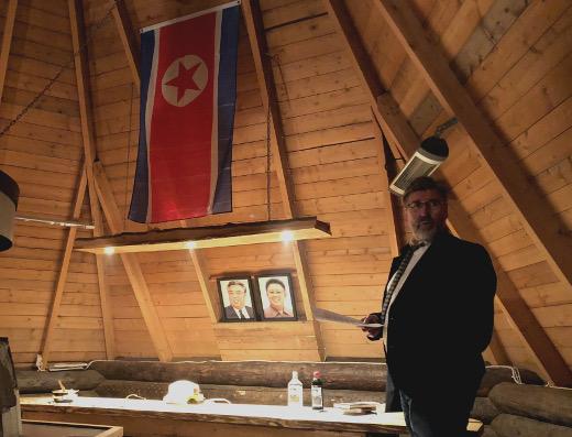 Toissa syksynä HPV kokoonyui viettämään ohjoiskorealaista iltaa. Suurenmoisen Kodan sisälle mahtuivat Pohjois-Korean lippu sekä Suuren Johtajan isän ja isoisän muotokuvat. Illan isäntänä toimi Juha Kapiainen.