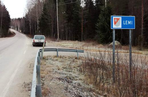 Nyt tietää kirkkaasti, että on tullut Lemille, kun rajasta ilmoittaa uusi kyltti. Kuva: Markku Peutere.