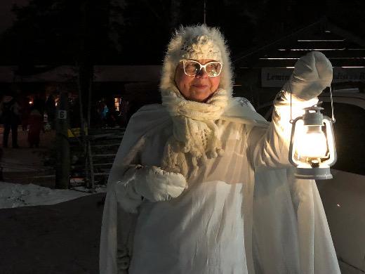 Pirjo Nykänen on joulusta toiseenpukenut päälleen Lumikuningattaren asun.