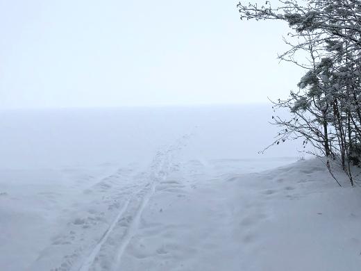 Joku on jo hiihtänyt Lahnajärven poikki.