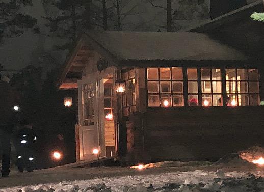 Museotuvan veranta loisti kuin iso joululyhty.