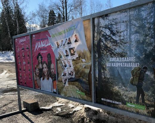 Puolueet mainostavat ehdokkaitaan muun muassa liikekeskuksen telineessä. Kaikkien puolueiden mainoksia ei ainakaan vielä maanantaina siellä näkynyt, ja osaa oli jo tuuli riepotellut.