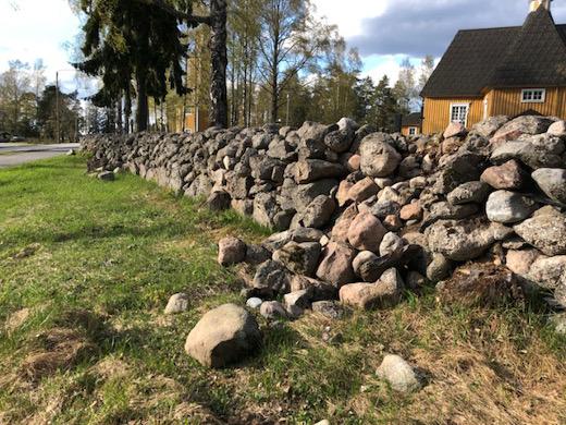 Punaportinkadun puolella muuri on murentunut kivikasoiksi jo useammasta kohtaa.