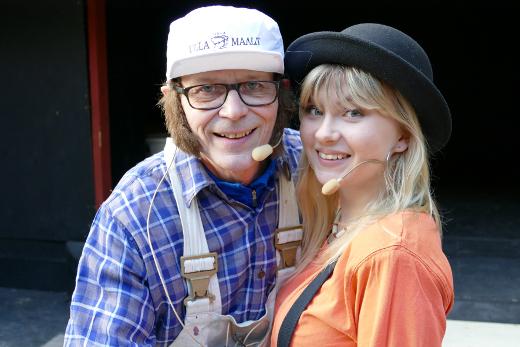 Juhlanäytelmässä Lähtöruutuun esiintyvät muiden muassa Kake Randelin (itsenään ja remonttimies Kekenä) ja Evestiina (Valmana).