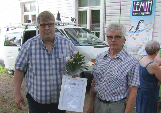 Tunnustuksen Heikki Haikolle (vas.) luovutti Etelä-Karjalan kylät ry:n puheenjohtaja Hannu Hakonen Lemillä juhannusaattona.