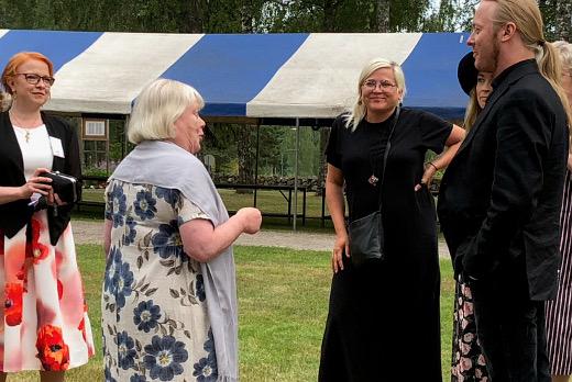 """Ennen konsertin alkua juhlien toiminnanjohtaja Jonna Imeläinen ja taiteellinen johtaja Tuulikki Närhinsalo tervehtivät juhlien suojelijaa Antti """"Hyrde"""" Hyyrystä."""