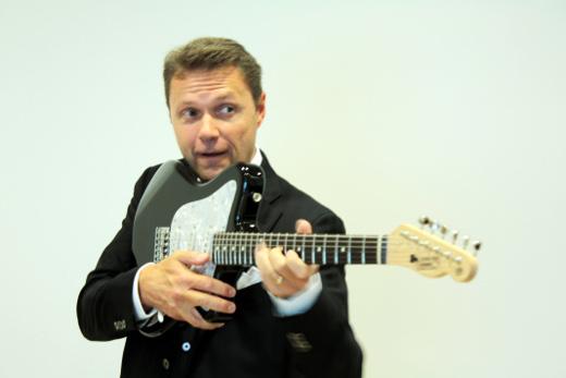Tom Nyman yhtyeineen esittää vanhoja rokkihittejä Kouvon baarissa lauantaina 27.7.