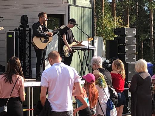 Musiikkitarjontaa oli iltapäivän mittaan kaikenikäisille ja moneen makuun. Kuvassa Mikko Harju.