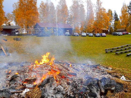Pihalla paloi juhannuksesta asti peitettynä ollut kokko.