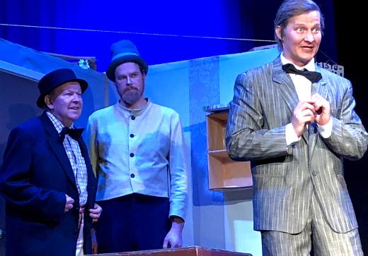 Liikemies Muikku (Jussi Sinkko) huijaa Pekka Puupäätä (Sami Heinilä) ja Pätkää (Markku Peutere) kiinteistökaupoissa, mikä johtaa puupäämaisiin sekaannuksiin.