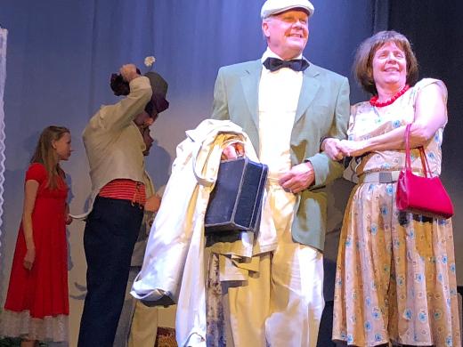 Johtaja Riuku (Hannu Hovi) ja rouva Riuku (Maija Hyväri) kohtaavat yllätyksen.