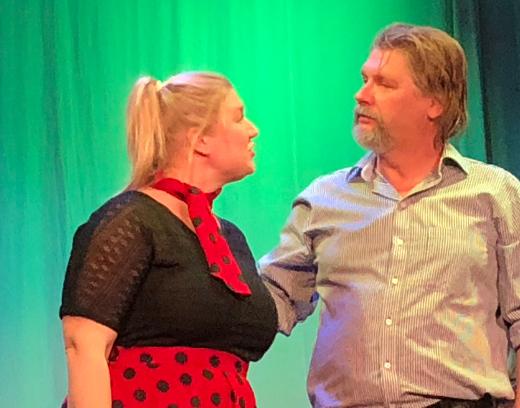Romanssi syntyy laulaja Kalevi Kasken (Kai Grén) ja Eeva Riukun (Jenni Nikku) välille.
