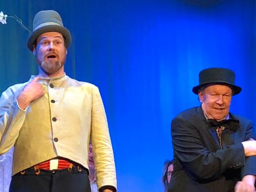 Pekka Puupää (Sami Heinilä) ja Pätkä (Markku Peutere) riemastuttivat Tapiolan näyttämöllä ensimmäisen kerran lauantaina.