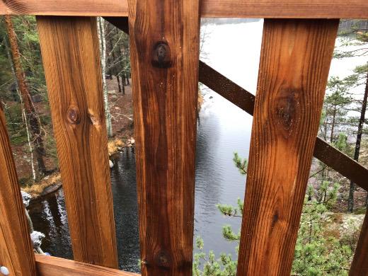 Kapiavesi kimaltelee 12 metriä siltaa alempana.