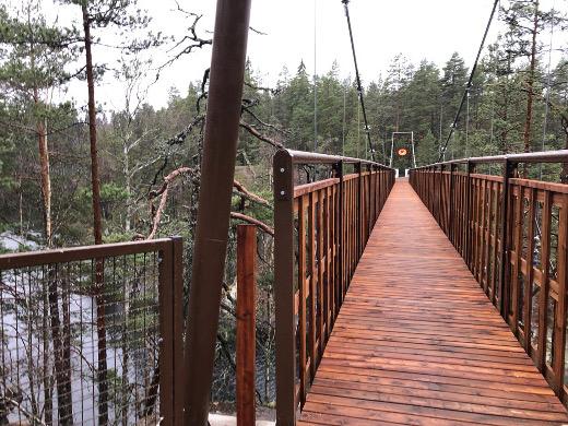 Sillan molemmissa päissä on varattu paikka lemmenlukoille (kuvassa vasemmalla). Metsähallitus toivoo, että muualle sillan runkoon ja kaiteisiin ei lukkoja kiinnitetä. (kuvassa vasemmalla).