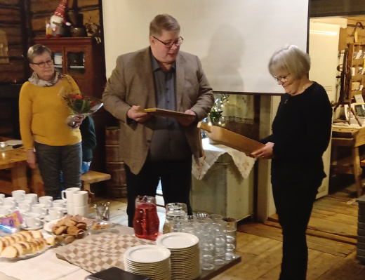 Kiertopalkinnon Kaija Lankialle (oik.) luovuttivat kotiseutuyhdistyksen sihteeri Eija Kuitto ja puheenjohtaja Heikki Haiko.