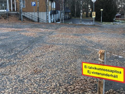 Seurakunta ilmoittaa kyltein, että pihalla, parkkipaikalla ja pihateillä ei tule olemaan talvikunnossapitoa.