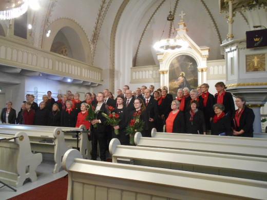 Etelä-Karjalan kirkkomusiikkipiirin kuoro lauantaina Savitaipaleella. edessä vas, Johannes Vesterinen, Marika Rantanen ja Aino Juntunen.