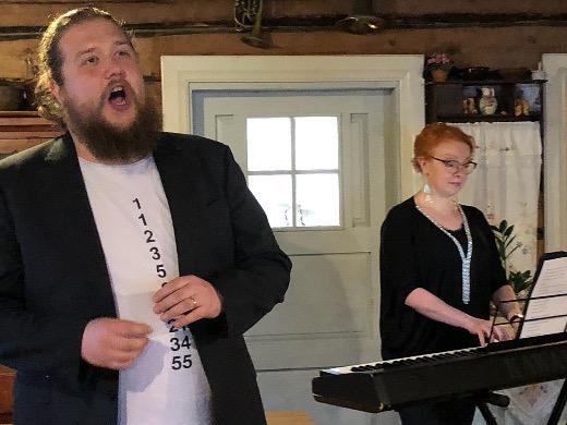 Juhlien taiteellinen johtaja Erik Rousi ja toiminnanjohtaja Jonna Imeläinen esittelivät maanantaina ohjlemistoa lehdistölle ja myös lauluivat, Rousin bassoa kuullaan myös kesän juhlilla.