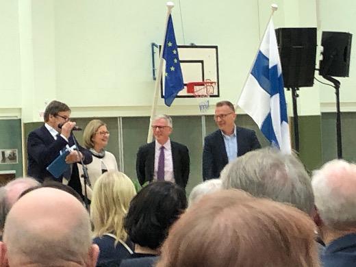 Jukka Kopra (oi.), Ari Torniainen ja Anneli Kiljunen sekä toimitusjohtaja Tuomo Puhakainen juhlivat keskiviikkona onnistunutta kolmen kunnan kuituhanketta.