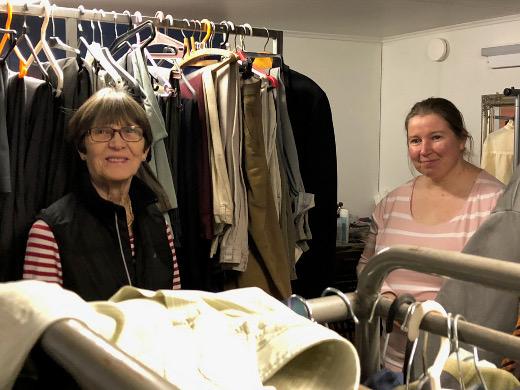 Leena Uski (vas.) ja Jaana Sinkko siivosivat keskiviikkona Tapiolan rekvisiittavarastoa.