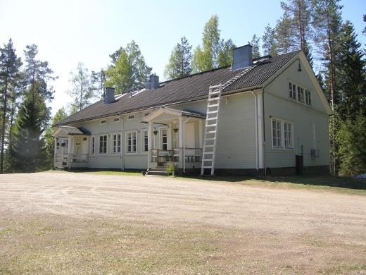 Hintapyyntö päärakennuksesta, saunarakennuksista, varastorakennuksista ja 1,6 hehtaarin maa-alasta oli 225.000 euroa.