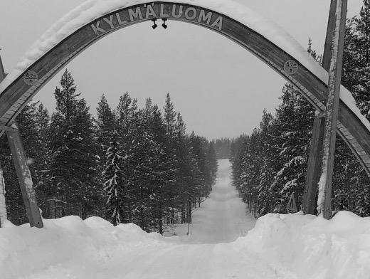 Kylmäluoman retkeilyalueelle Taivalkoskelle vei hyvin luminen tie.
