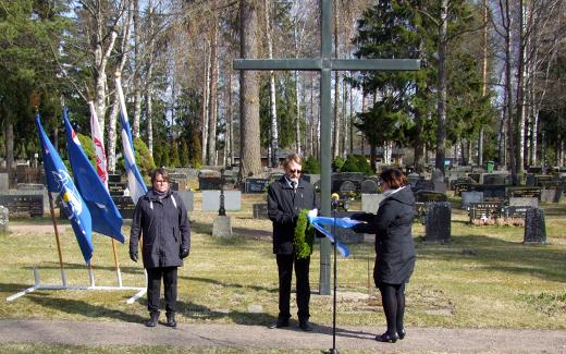 Kati Ahonen, Matti Taoanainen ja Johanna Mäkelä laskivat seppeleen ilman yleisöä. Kuva Kari Kosonen.