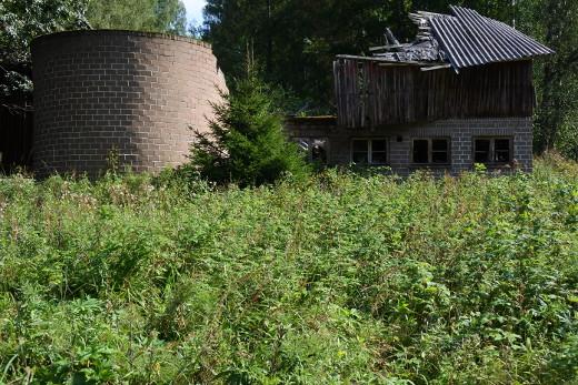 Taloa vastapäätä seisoi navetta.