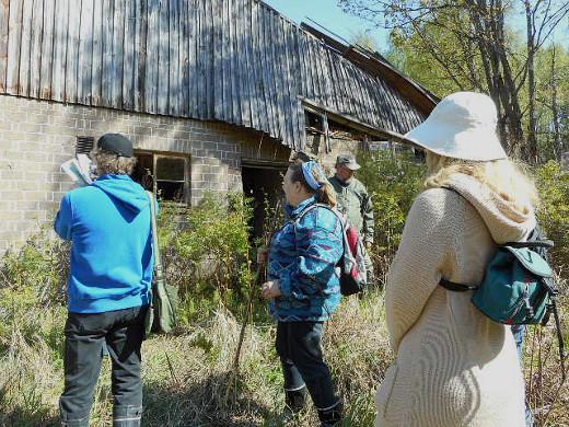 Savitaipaleen seudun luonnonsuohelyhdistys teki tuolloin tilalle kasviretken. Kuva Sirkka-Liisa Vaalivirta.