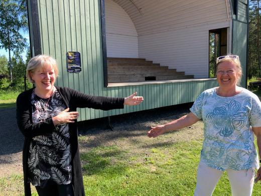 Yksi tämän kesän konserteista järjestetään Lemin laululavalla. Maarit Kirvessalo-Nurmela ja musiikkiyhdistyksen puheenjohtaja Eija Sinkko muistuttavat yleisöä turvaetäisyyksistä.