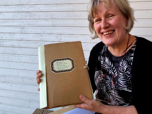 """Maarit Kirvessalo-Nurmelan Lemin-muistot ovat tallessa mapissa, jonka kannessa lukee """"Kontaktihenkilö Irma Kirvesmies""""."""