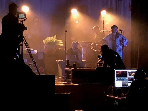 Kuvaajat ja äänittäjät huolehtivat siitä, että musiikki välittyy kotikatsomoihin. Esiintymisvuorossa Laineen Kasperi.