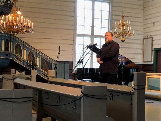 Erik Rousi myös lausui juhlien avaussanat. Kirkon kolme etummaista penkkiriviä on turvallisuussyistä suljettu pois käytöstä.