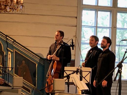 Justas Stasevskij (oik.) esiintyi perjantai-iltana kirkossa Jukka Merjasen ja Tuomas Ylisen (vas.) kanssa.