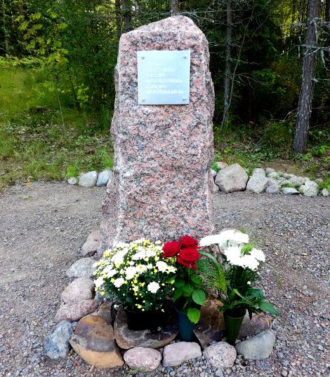 Taavetti Muukan sukulaiset kukittivat muistomerkin lauantaina.